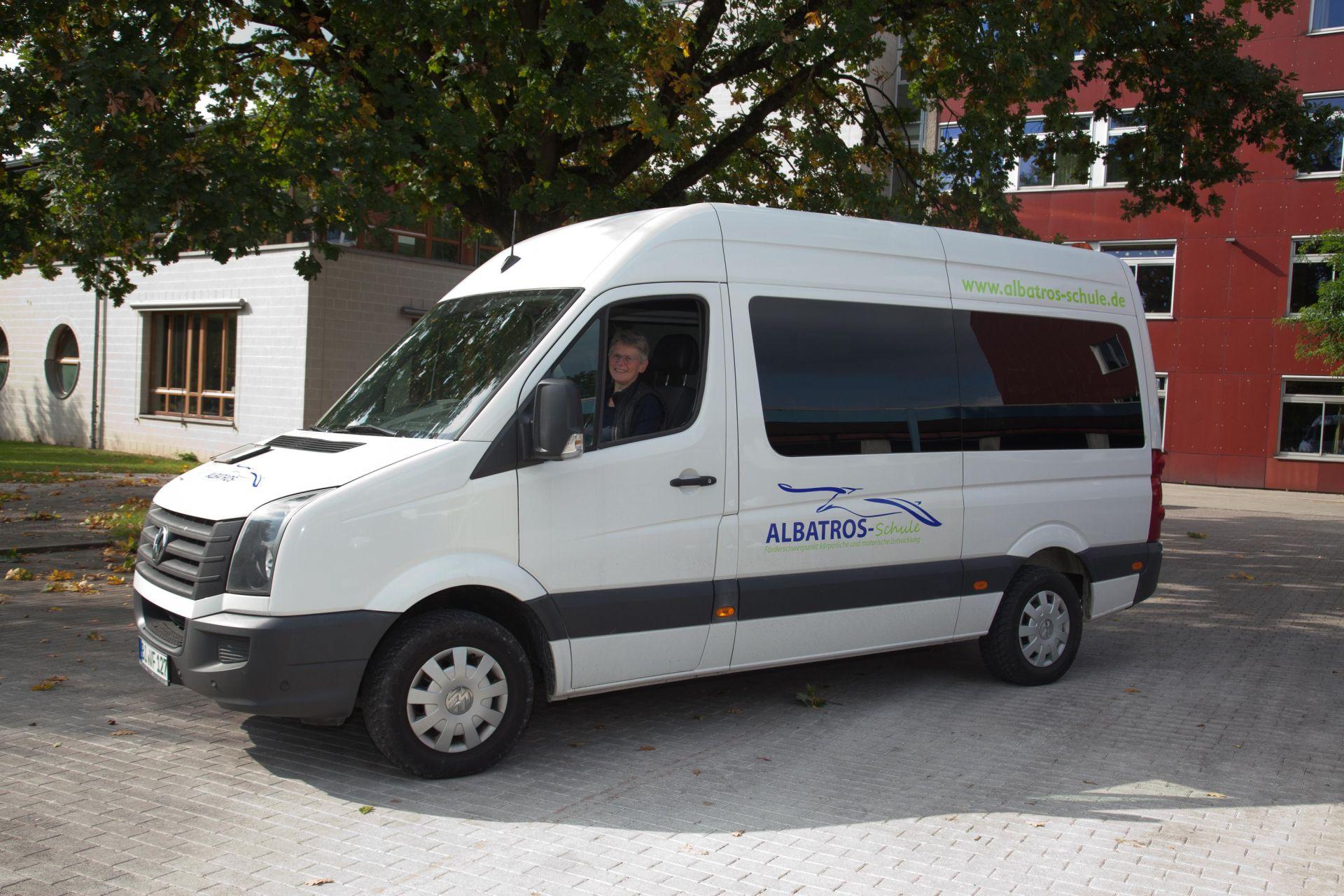 Neuer Schulbus für die Albatros-Schule